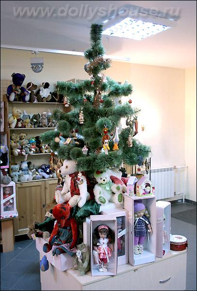 Наряженная елка в магазине игрушек на Новый Год