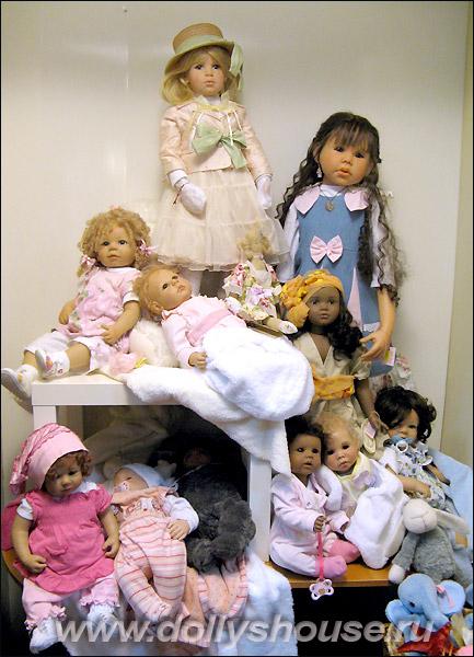 Коллекционные куклы в магазине игрушек на Новый Год